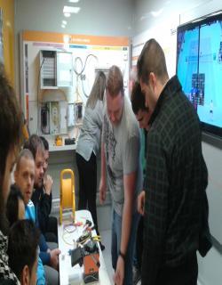 Alumnos de electricidad en el taller de televes